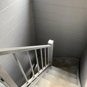 こちらの階段を登ってお部屋に