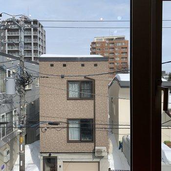 北東向きですが大きな窓で明るい印象◎通りに面しているので周辺とは程よい距離感。