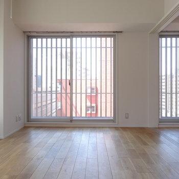 角部屋で、たくさんの窓に囲まれています(※写真は8階の同間取り別部屋のものです)