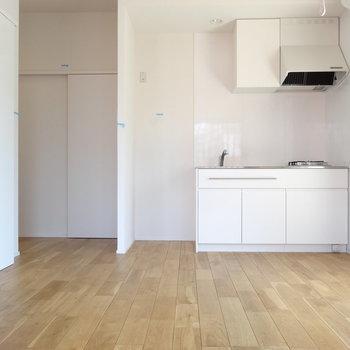無垢床にシンプルな白が映えますね(※写真は8階の同間取り別部屋のものです)