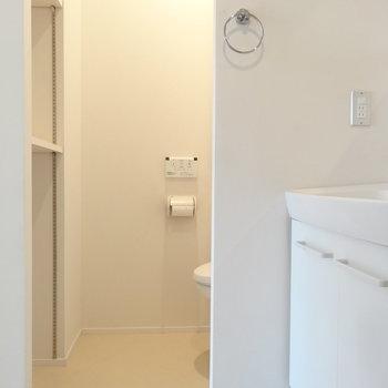 奥がトイレ。オープンですが奥まってるのでそこまで気になりません(※写真は8階の同間取り別部屋のものです)