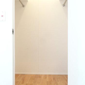 玄関側にウォークインクローゼット!たーっぷり入ります(※写真は8階の同間取り別部屋のものです)