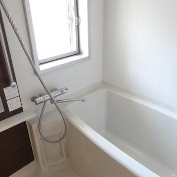 お風呂もキレイ。窓があるから明るいですよ(※写真は8階の同間取り別部屋のものです)