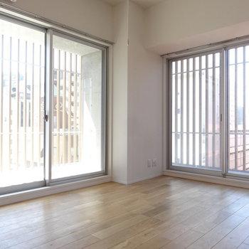 無垢床に2面採光の窓。素敵な空間(※写真は8階の同間取り別部屋のものです)