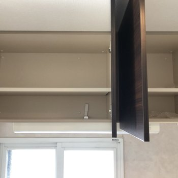 上の棚にも収納できます。
