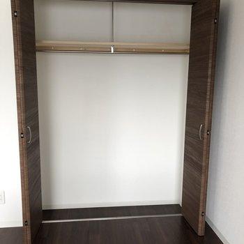 洋室側にも収納スペースがあります。