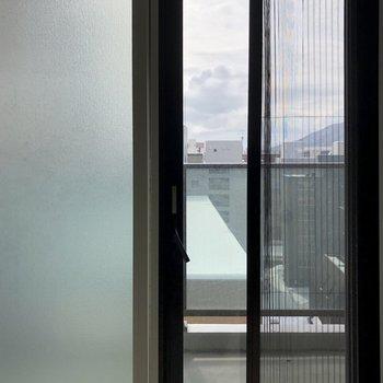 もちろん二重窓で、網戸もついています。