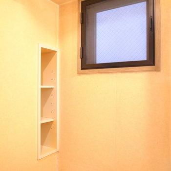 脱衣所にも小窓がありました。ちいさな棚も◎