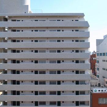 眺めは、通りを挟んだ向かいのマンション。視線はほとんど気にならなさそう。