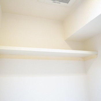 頭上に棚もありますよ。