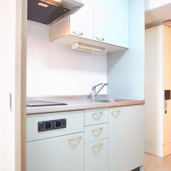 キッチンの右となりに冷蔵庫を設置できます。