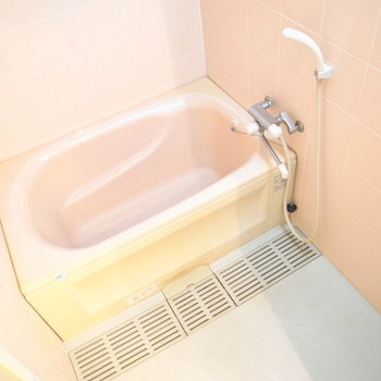お風呂もゆったり。鏡はないので、ご用意くださいませ。
