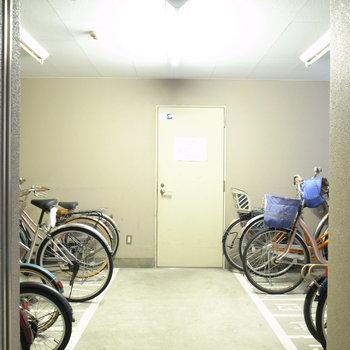 【共用部】駐輪場は建物裏手にあります。