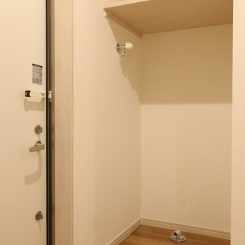 【下階】玄関手前に洗濯機置き場がありますよ。※写真は前回募集時のものです