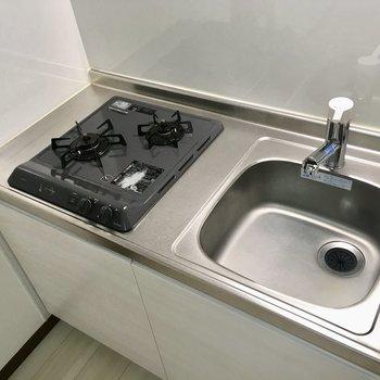 コンパクトなキッチンは2口。※写真は4階の同間取り別部屋のものです