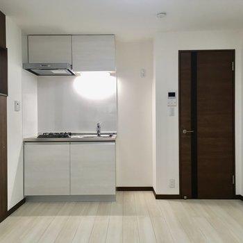 窓側から見ると。キッチンの右側に冷蔵庫が並べて置けます。※写真は4階の同間取り別部屋のものです