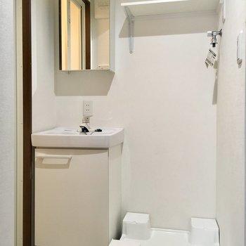 お次は水回りへ。洗面台はすっきりきれい。※写真は4階の同間取り別部屋のものです