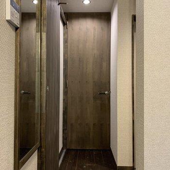 ドアの奥には。