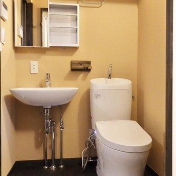 トイレの上部にラックがついています。ストックはこちらに。