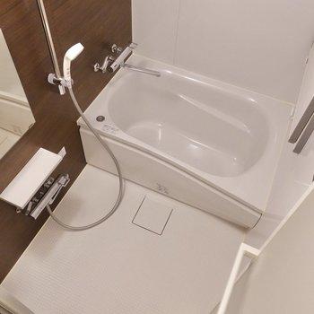 シンプルな浴室。乾燥機付きですよ。
