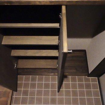 シューズボックスは4段ほどあります。8足は収納しておけそうですね。
