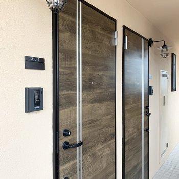 玄関ドアも室内とマッチ。