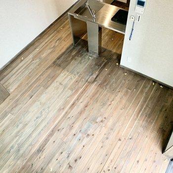 見下ろすと、かっこいい無垢床が鑑賞できます。