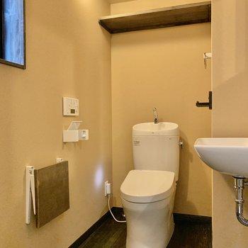 トイレ上に予備のトイレットペーパーが置けますね、
