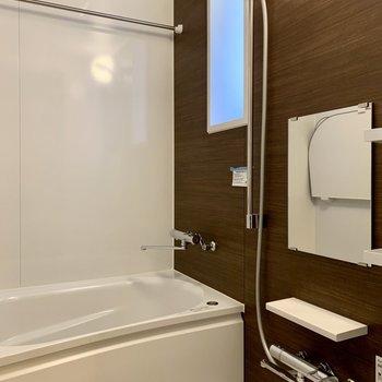 ゆったりとしたバスルーム。浴室乾燥機付きです。