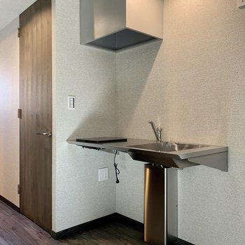 シンプルなキッチン。収納がないので下にボックスを用意しておくといいかも。