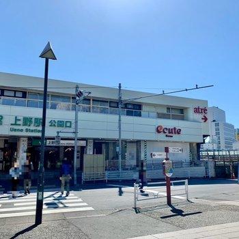 大型商業施設は反対側の出口にあります。