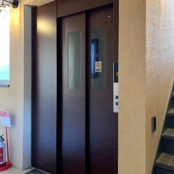 エレベーターで上がれます。