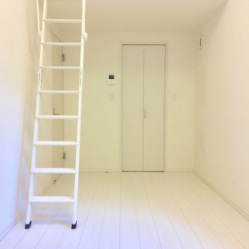 統一されたホワイト。右の扉、なにかというと...※写真は前回募集時のものです
