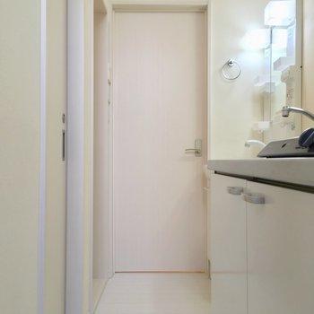 キッチン周りに、サニタリーが集まっています。正面の扉は居室へ※写真は前回募集時のものです