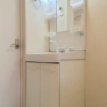 独立洗面台で朝の準備も楽々。※写真は前回募集時のものです