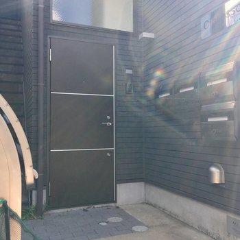 玄関はこちら。ポストが目の前にあります。