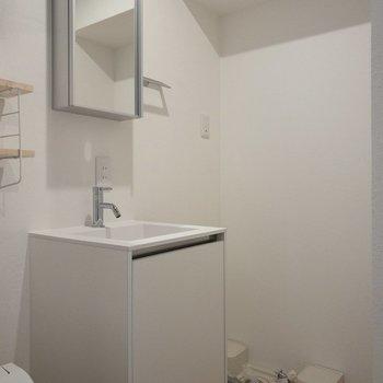 その横には洗面台と洗濯機置場があります。