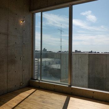 【洋室】天井が高いです。浴室からの動線が良いです。
