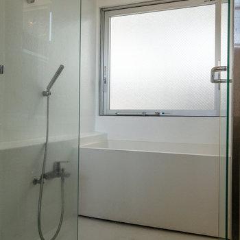 浴室には大きな窓があります。シャワー後の換気がスムーズに。