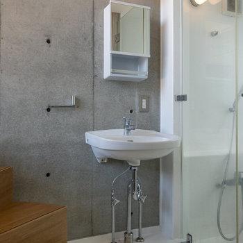 階段の先には洗面台があります。ミニマムなデザインでカッコいいですね。