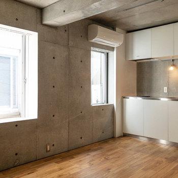 【LDK】無垢床とコンクリート打ちっ放しの空間。うーん、無機質でスタイリッシュです。