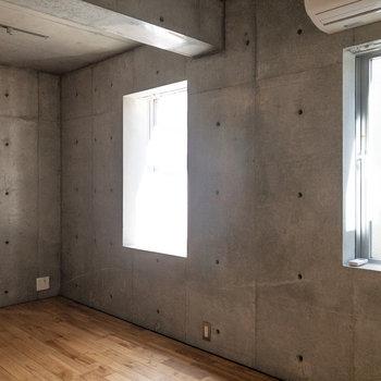 【LDK】窓が2箇所にあるため、電気をつけなくても明るいです。