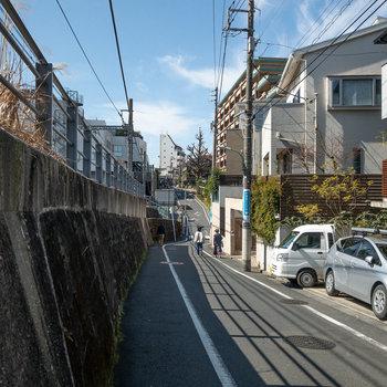 駅までの道中です。緩やかな坂道があります。