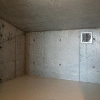 【ロフト】奥にもスペースがあります。日用品のストックなどはここに。
