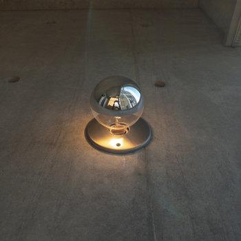 【洋室】窓辺には可愛らしい電球も。