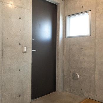 玄関はシンプルでミニマム。コンパクトなシューズボックスがあると便利です。