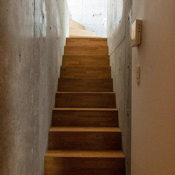 LDKの奥に進むとそこには階段が。