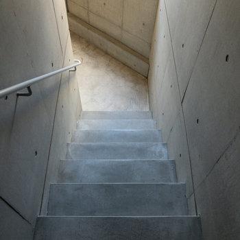 階段での移動になります。手すりがあるので安心です。