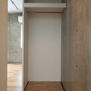 クローゼットはオープンタイプ。廊下にあります。