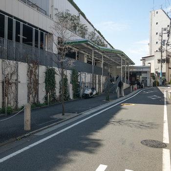大岡山駅の東口周辺です。人通りは少なく、落ち着いた雰囲気です。